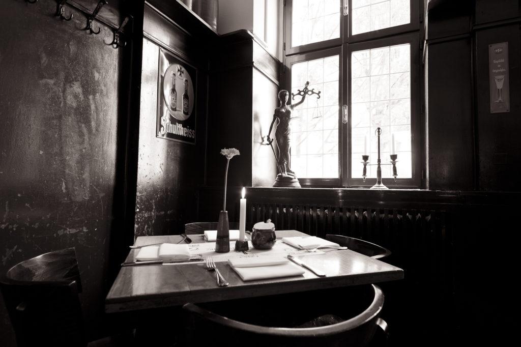 Innenansicht der Gaststube mit Tisch im Restaurant