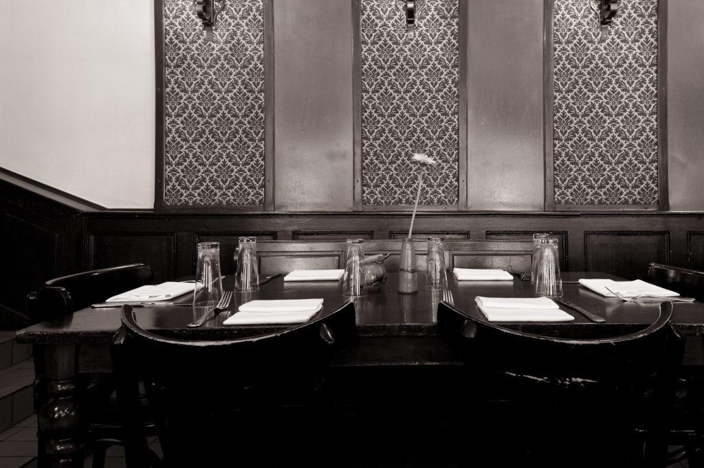 Innenansicht der Gaststube mit Tisch im Restaurant.